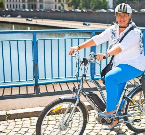 Anke Rehlinger mit E-Bike unterwegs.